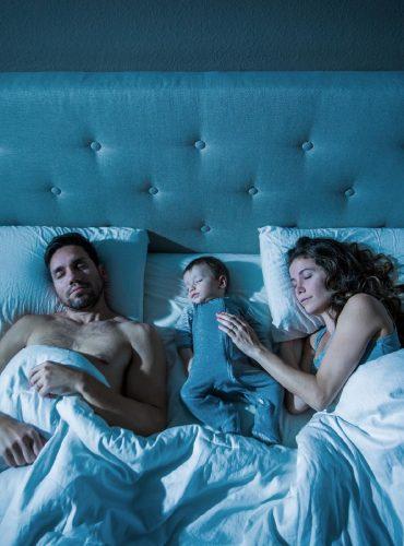 O bebê deve dormir no berço ou na cama dos pais?